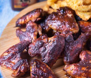 ailes de poulet marinées saveur barbecue à déguster avec différents accompagnements