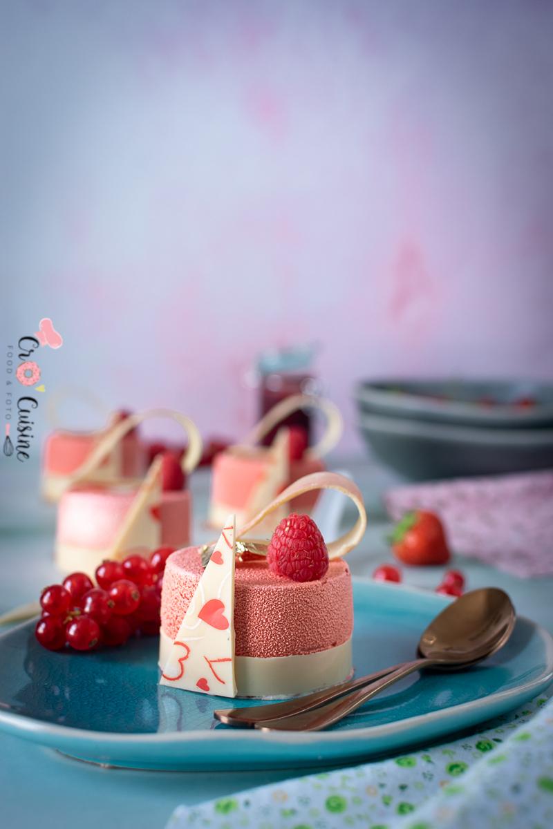 De délicieux entremets individuels aux fruits rouges, chocolat blanc pour un dessert toute en finesse