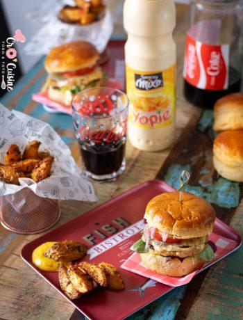un délicieux burger de saumon frais pour vous offrir un plateau fast-food hors du commun