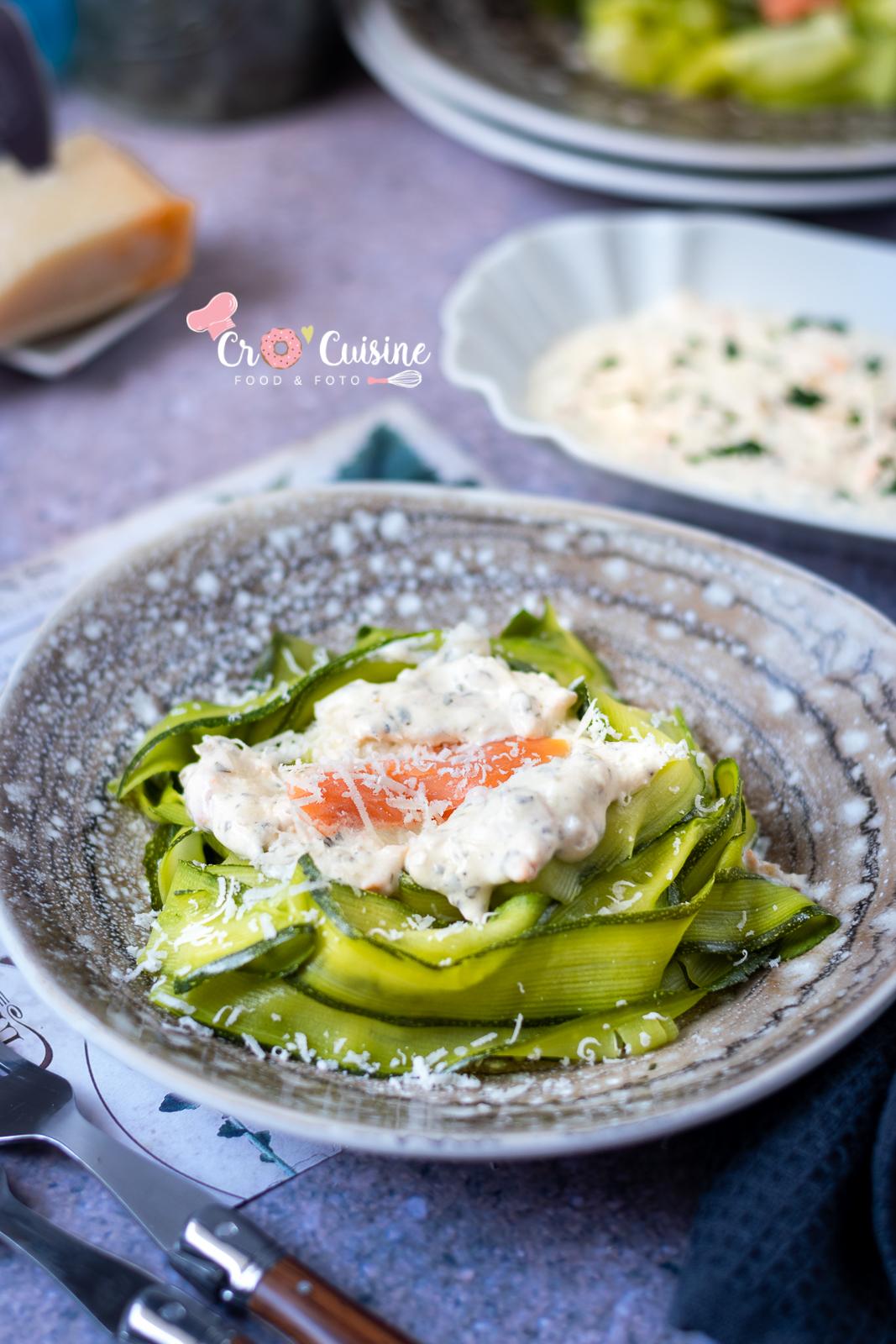 Un délicieux plat de tagliatelles de courgettes à la crème au saumon pour manger gourmand et sain