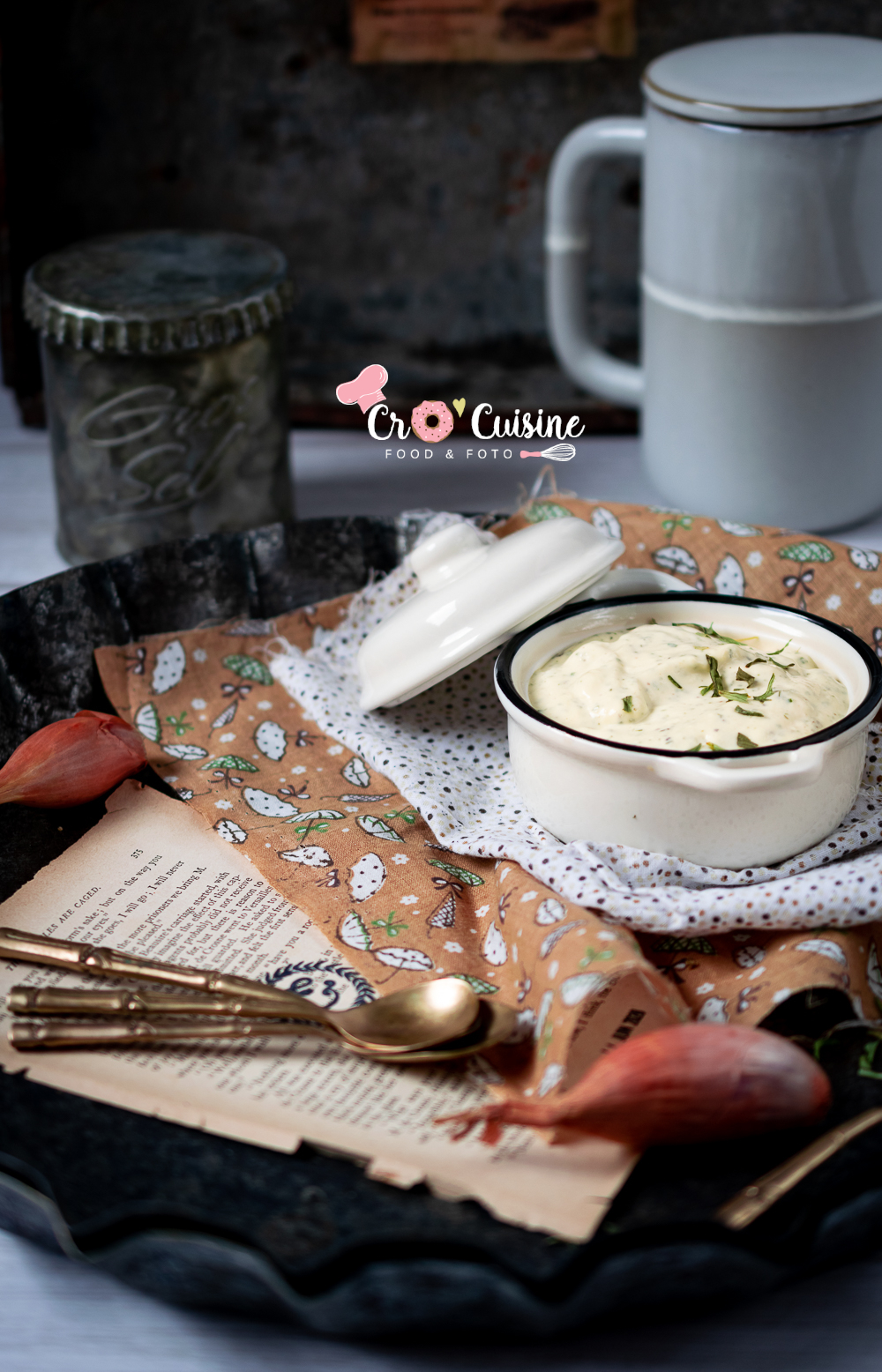 Une délicieuse sauce béarnaise comme les industriels mais meilleure. Riche en saveurs grâce à l'estragon, au cerfeuil et aux échalotes.