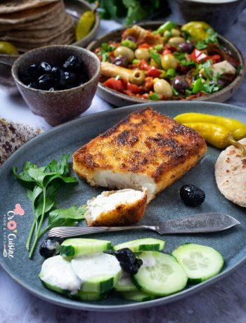 Une délicieuse salade tiède de poivrons rouges aux olives accompagnée d'une feta panée aux herbes et au miel pour égayer vos tables. Une évasion inspiration grecque savoureuse.