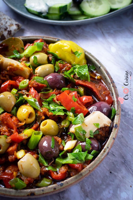 Une délicieuse salade tiède de poivrons rouges aux olives accompagnée d'une feta panée aux herbes et au miel pour égayer vos tables. Une évasion vers la Grèce garantie..