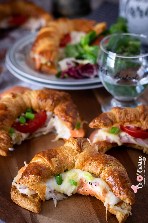 Croissants salés façon bistrot qui plairont aux enfants. Saumon ou à la dinde dégoulinant d'emmental et d'une sauce béchamel crémeuse
