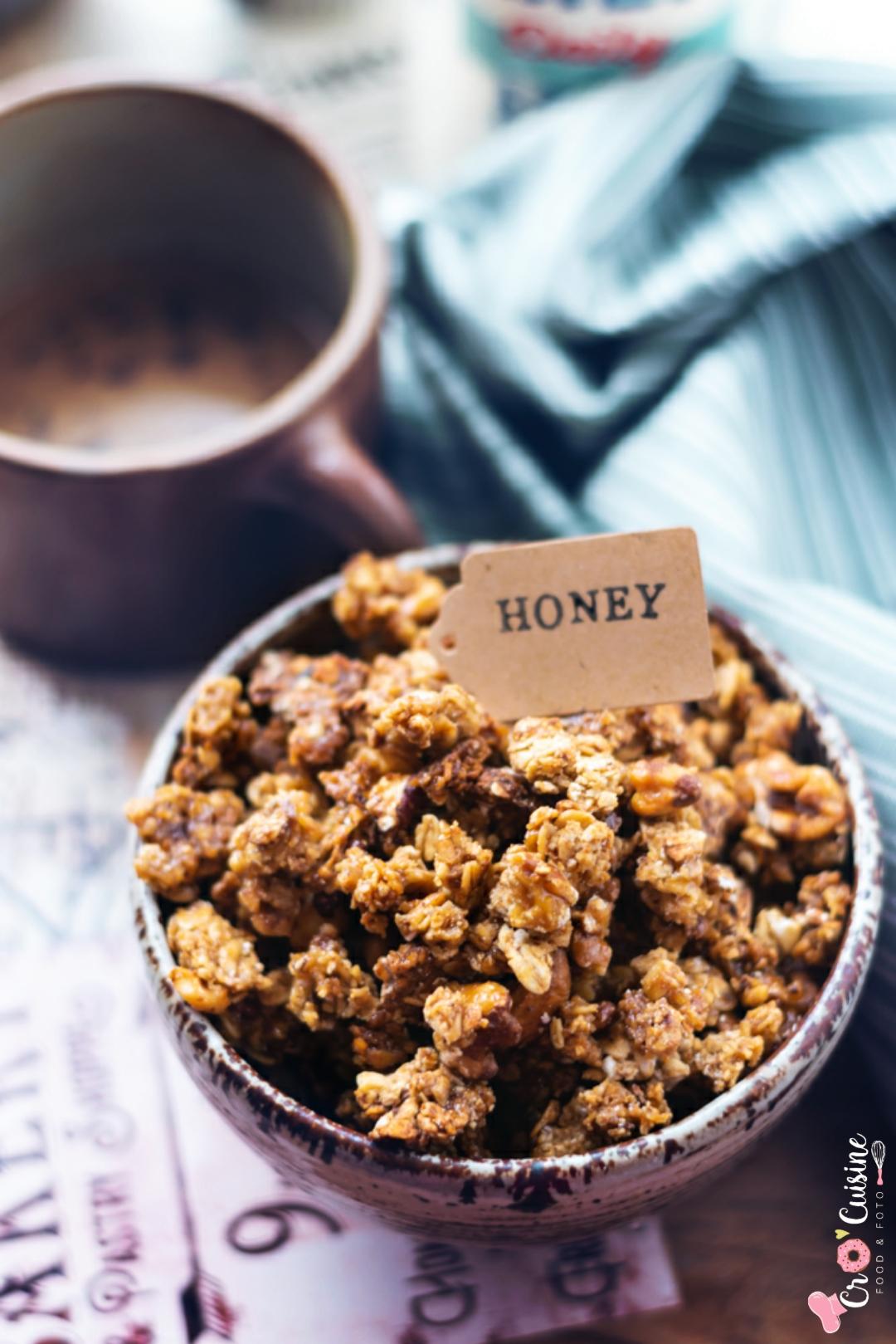 Un délicieux granola au miel pour vous accompagner lors de la dégustation de votre yaourt nature ou en guise de céréales arrosés du lait de votre choix. Parfait pour le petit-déjeuner.