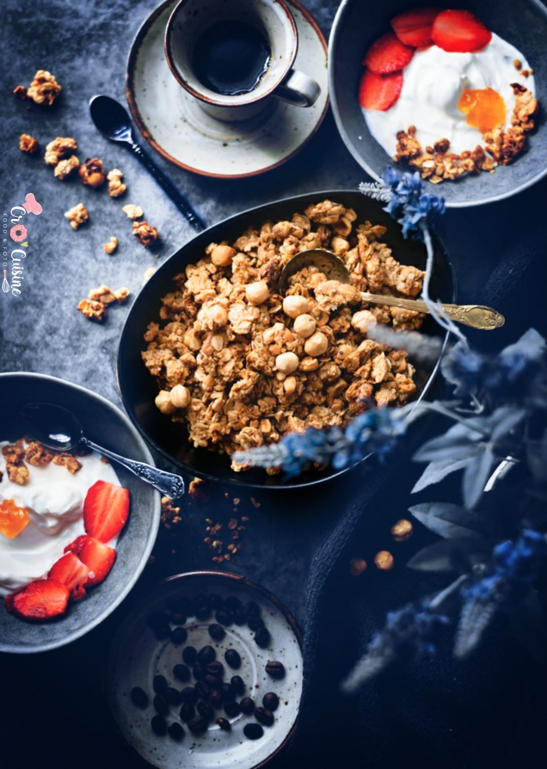 Un délicieux granola praliné aux noisettes maison idéal pour le petit-déjeuner, les brunch ou même un goûter gourmand. Dégustez et savourez-le.